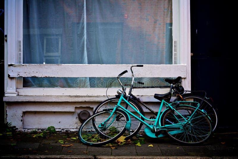 荷兰自行车在城市 库存图片