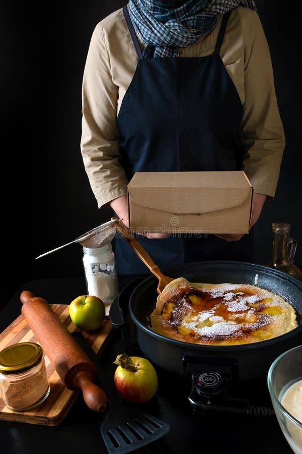 荷兰苹果荷兰煎饼盘电袋手工箱 免版税库存图片