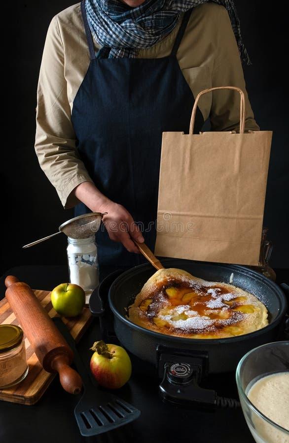 荷兰苹果荷兰煎饼盘电袋手工箱 免版税库存照片