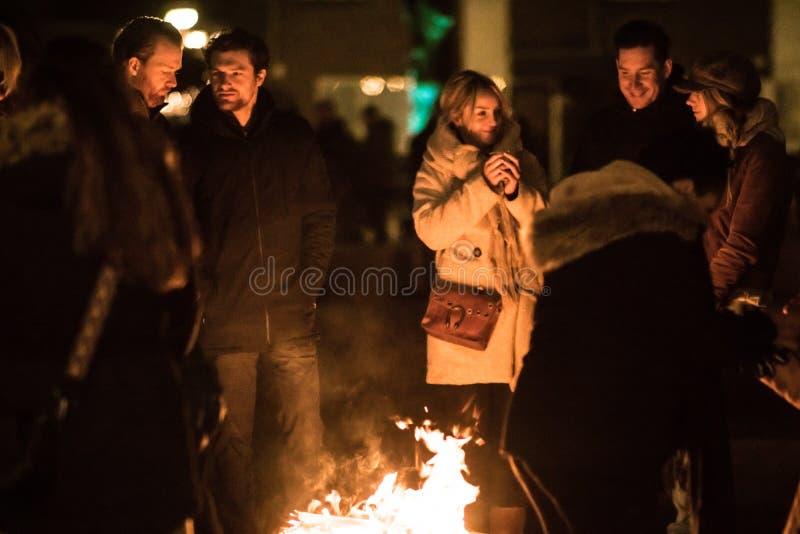 荷兰蒂尔堡 — 12 29 2019年:Piushaven Gloeit寒冷的12月夜里,年轻人在火边玩乐 免版税图库摄影