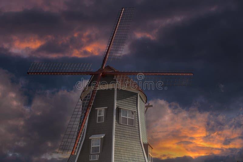荷兰风车在日落的Lynden华盛顿州 免版税库存照片