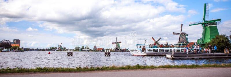 荷兰风车在有剧烈的多云天空的赞丹 全景 免版税库存照片