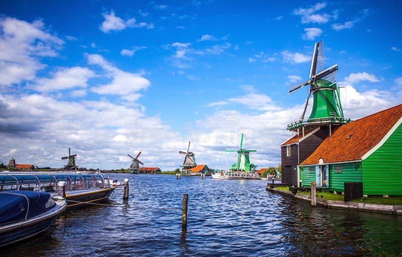 荷兰风车在有剧烈的多云天空的赞丹 免版税库存图片