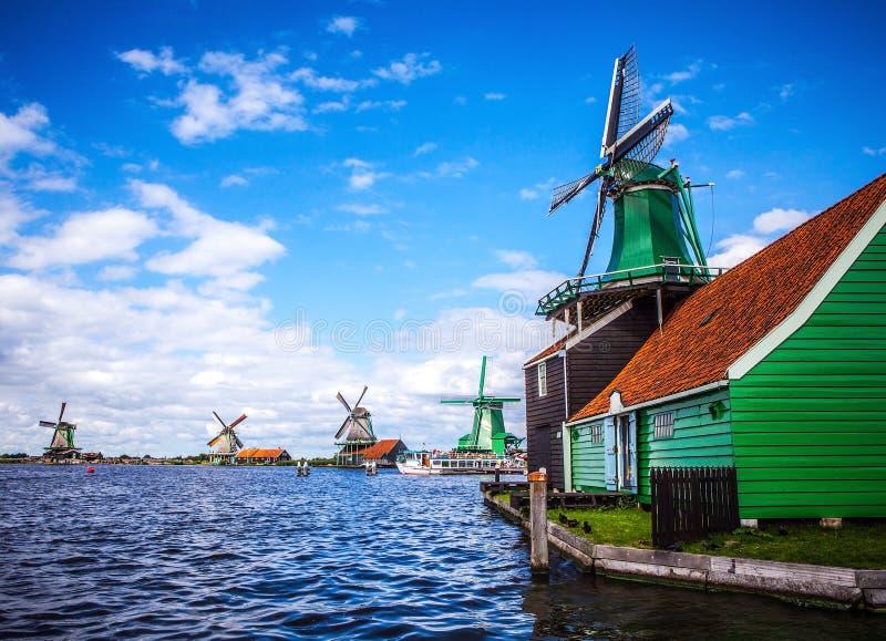 荷兰风车在有剧烈的多云天空的赞丹 免版税库存照片