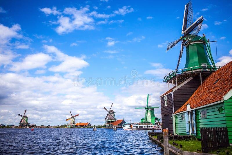 荷兰风车在有剧烈的多云天空的赞丹 图库摄影