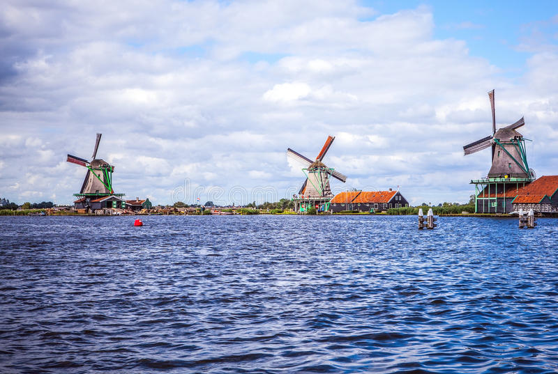 荷兰风车在有剧烈的多云天空的赞丹 库存照片