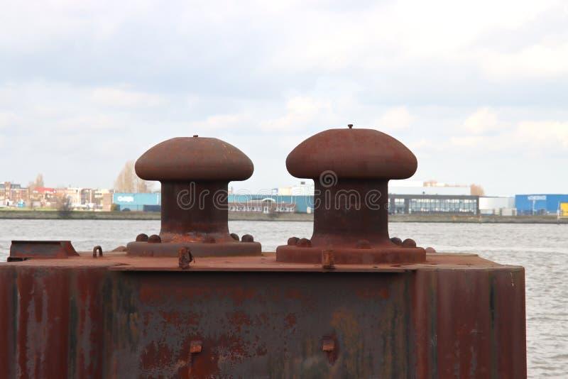 荷兰鹿特丹港系泊船用锈色护栏 免版税库存图片