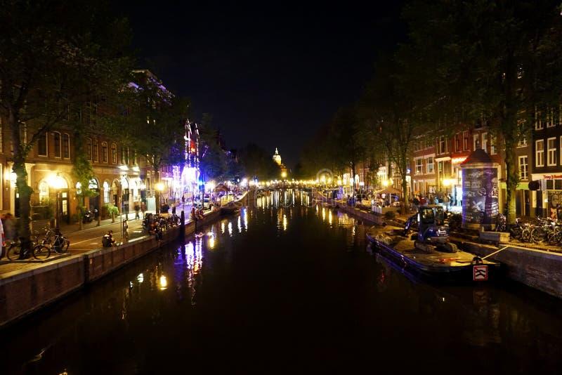 荷兰,阿姆斯特丹,有它的水道的城市在夜之前 图库摄影