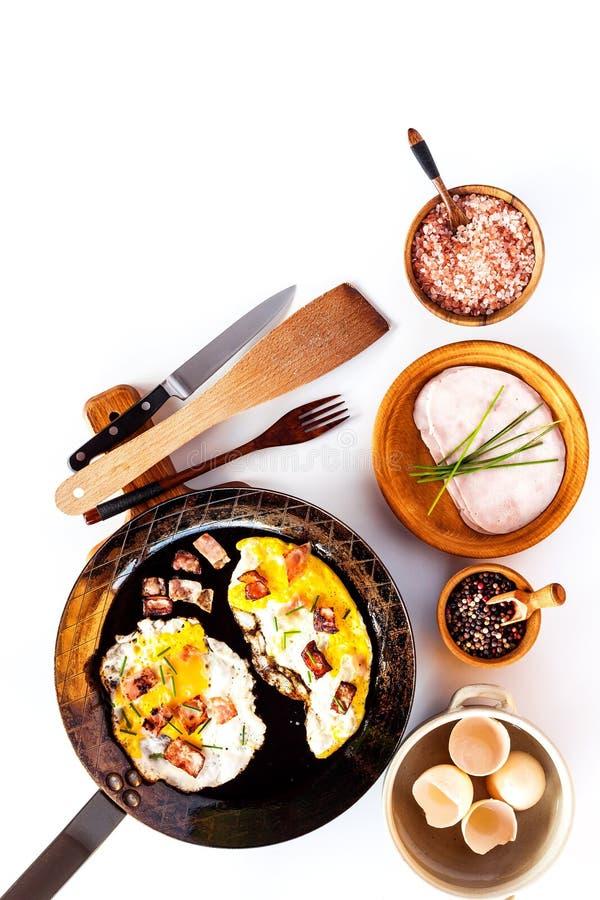 荷包蛋用在钢平底锅的火腿 r 健康早餐菜和荷包蛋 库存照片