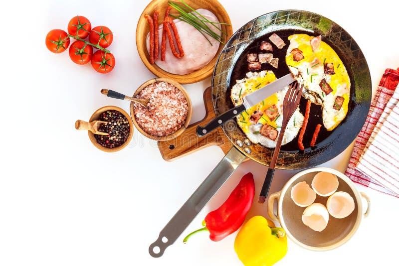 荷包蛋用在钢平底锅的火腿 r 健康早餐菜和荷包蛋 图库摄影