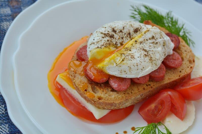 荷包蛋连续卵黄质在接近鲜美三明治的 免版税库存图片