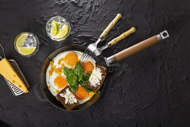 荷包蛋,鸡蛋,健康,鲕梨,香肠,自创,三明治,多士,烟肉,果子 免版税库存图片
