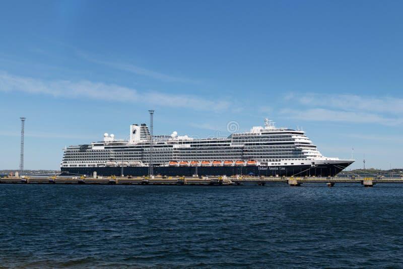 荷美邮轮舰队的游轮MS Nieuw在Vanasadam塔林港口靠码头的斯特丹号在爱沙尼亚 库存照片