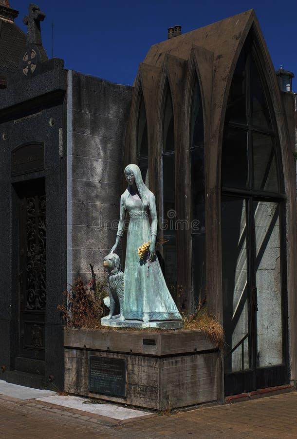 莉莉亚娜Crociati在她的婚礼礼服的de Szaszak坟茔,与她的狗Sabu,雕象Wifredo Viladich 新哥特式样式 免版税库存图片
