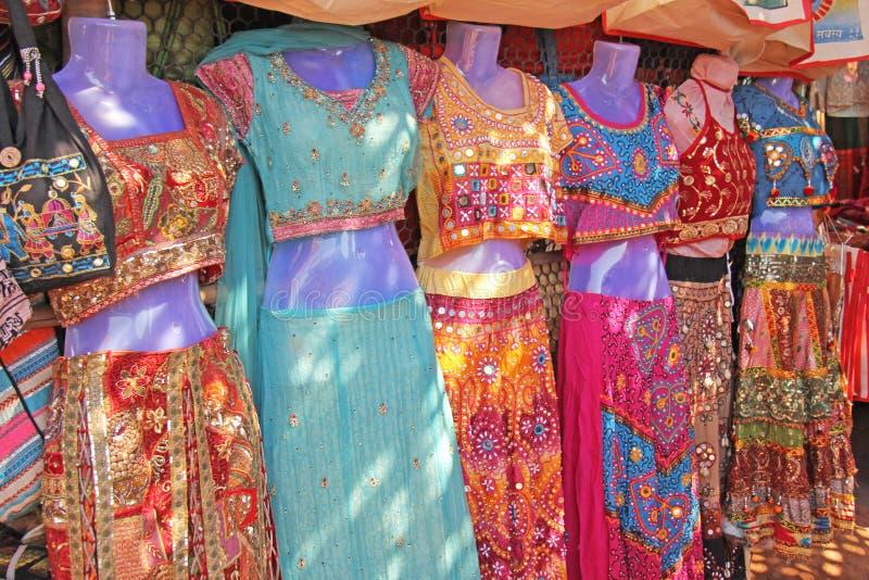 莎丽服给妇女的印度穿衣 义卖市场市场在印度 明亮的莎丽服在市场上被卖在印度 库存图片