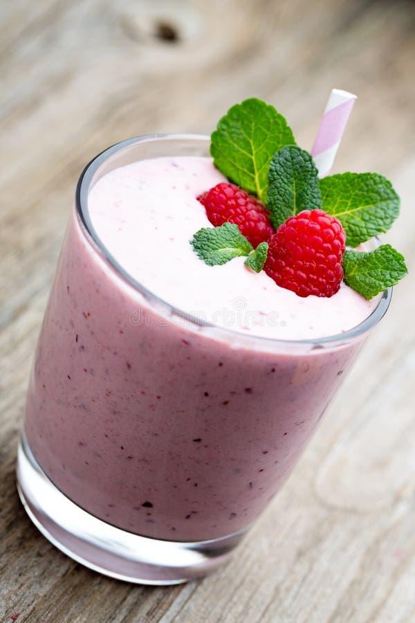 莓与薄荷的装饰的奶昔 库存照片