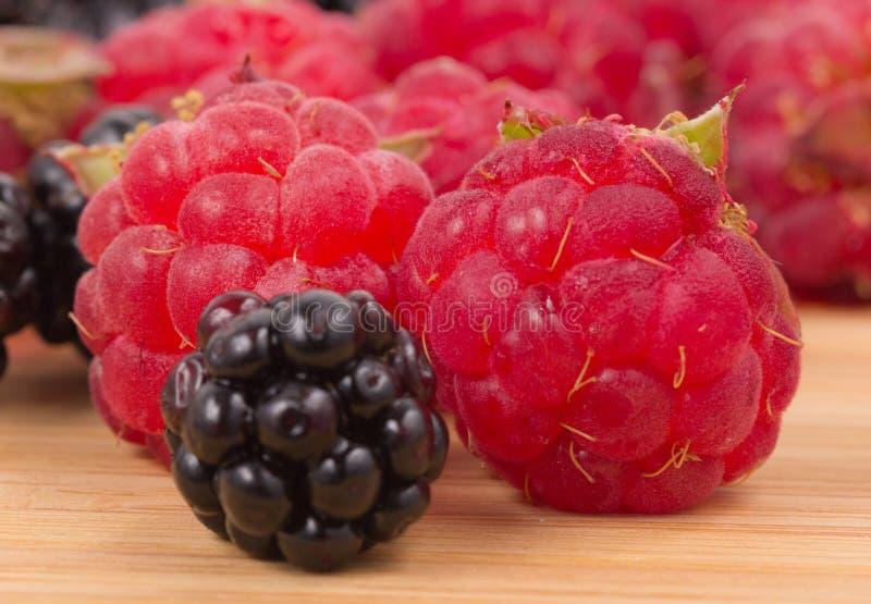 黑莓和莓在一张木桌上 免版税图库摄影