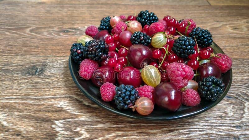 莓果五颜六色的照片在板材的 免版税图库摄影