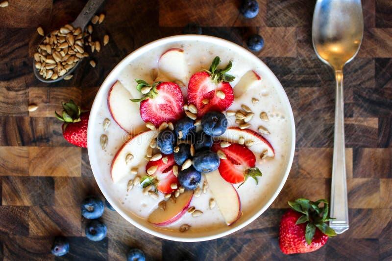 莓果圆滑的人碗 库存图片