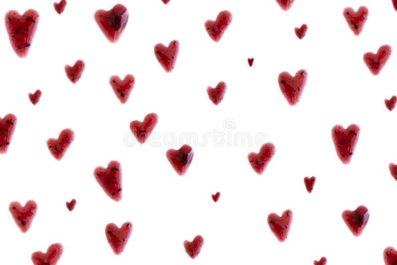 莓果在白色背景的果酱心脏 免版税库存照片