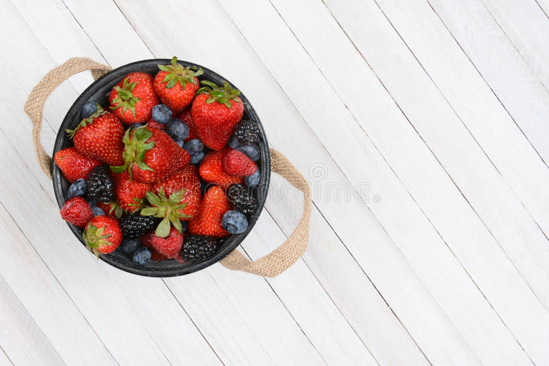 莓果桶土气白色表 免版税库存图片