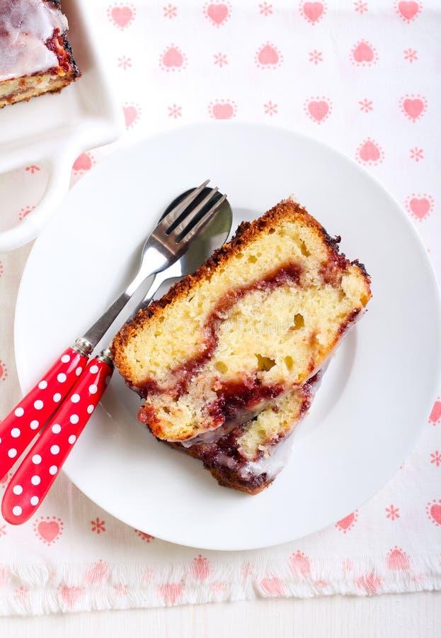 莓果漩涡重糖重油蛋糕 免版税库存照片