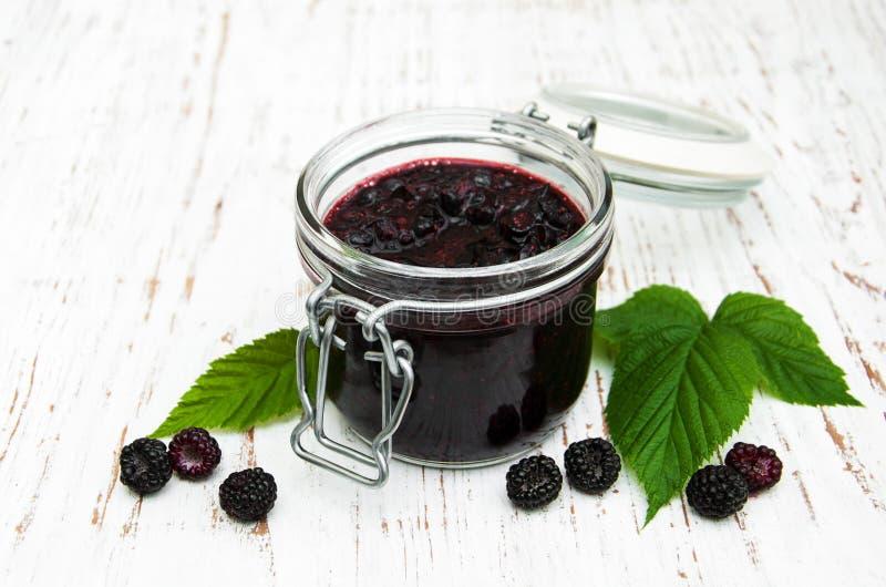 黑莓果酱和新鲜的黑莓 免版税库存图片