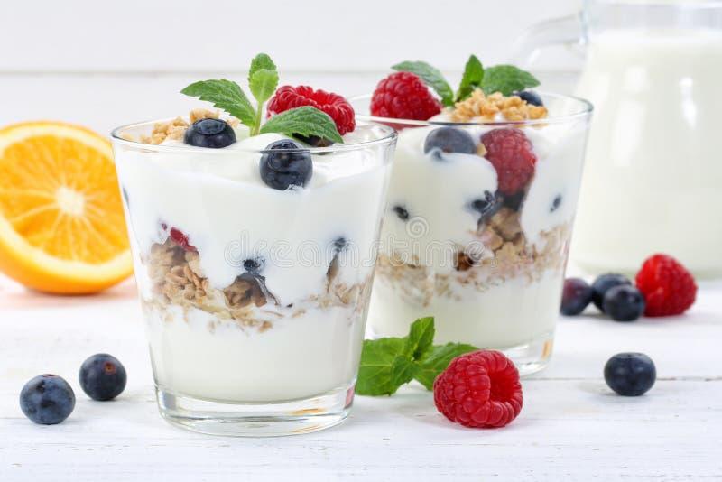 莓果酸奶酸奶用莓果托起muesli木板 免版税库存图片