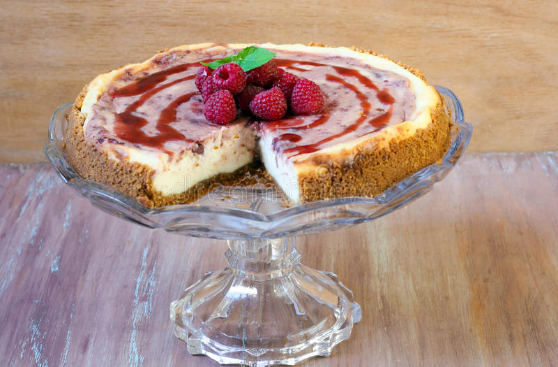莓漩涡乳酪蛋糕 免版税库存照片