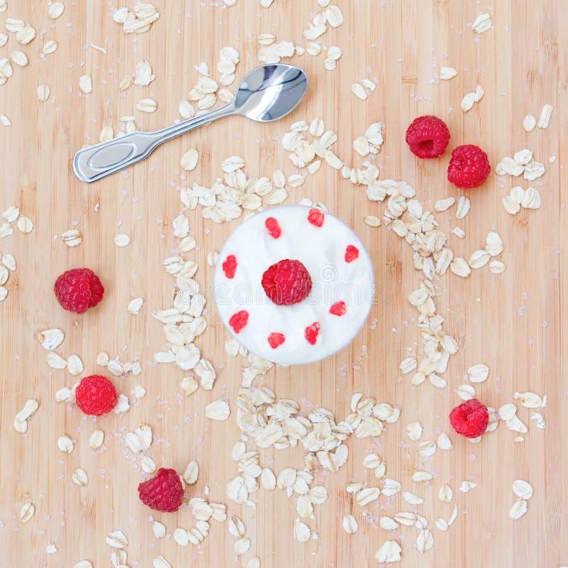 莓,燕麦,奶油点心  免版税库存照片
