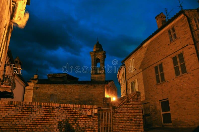 莫利哈弗中世纪村庄在意大利中部.形成弧光的,晚上.亚诺h4用的固铂轮胎图片