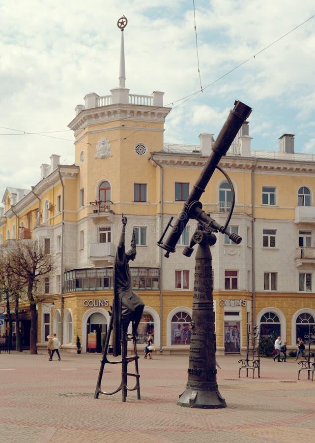 莫吉廖夫,白俄罗斯- 2019年4月27日:在正方形的占星师雕塑 库存照片