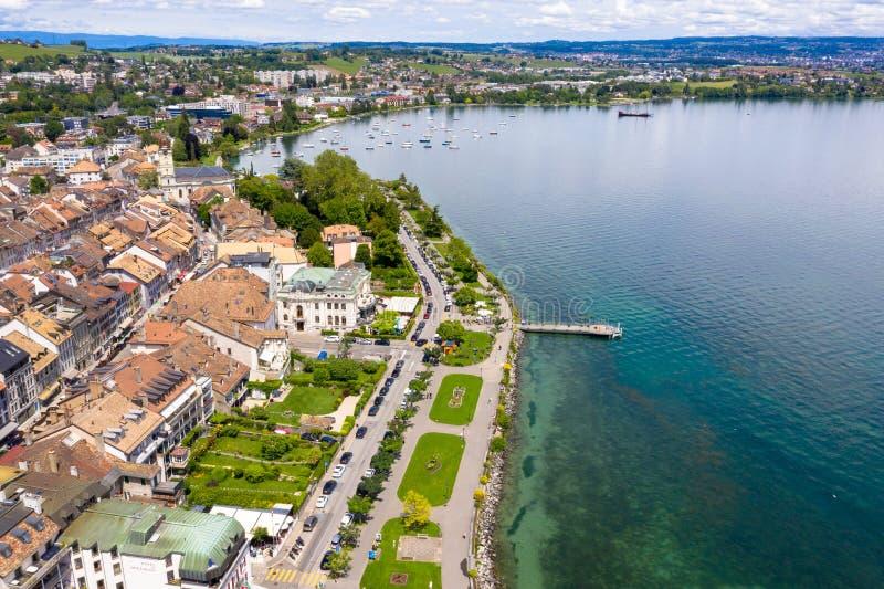 莫尔日Leman湖的边界的市江边鸟瞰图在瑞士 免版税库存图片