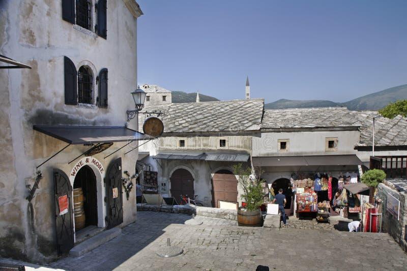 莫斯塔尔老城镇 达成协议波斯尼亚夹子色的greyed黑塞哥维那包括专业的区区映射路径替补被遮蔽的状态周围的领土对都市植被 图库摄影