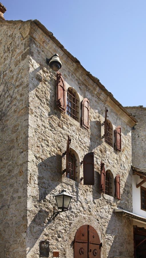 莫斯塔尔老城镇 达成协议波斯尼亚夹子色的greyed黑塞哥维那包括专业的区区映射路径替补被遮蔽的状态周围的领土对都市植被 库存照片