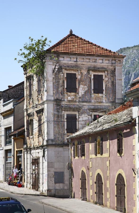 莫斯塔尔镇 达成协议波斯尼亚夹子色的greyed黑塞哥维那包括专业的区区映射路径替补被遮蔽的状态周围的领土对都市植被 库存照片