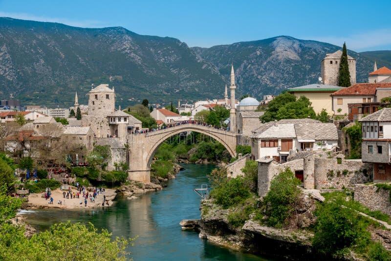 莫斯塔尔,波黑老镇,和Stari多数桥梁、内雷特瓦河河和老清真寺 免版税库存图片