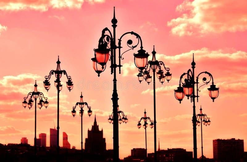 莫斯科、街灯和摩天大楼看法  库存图片