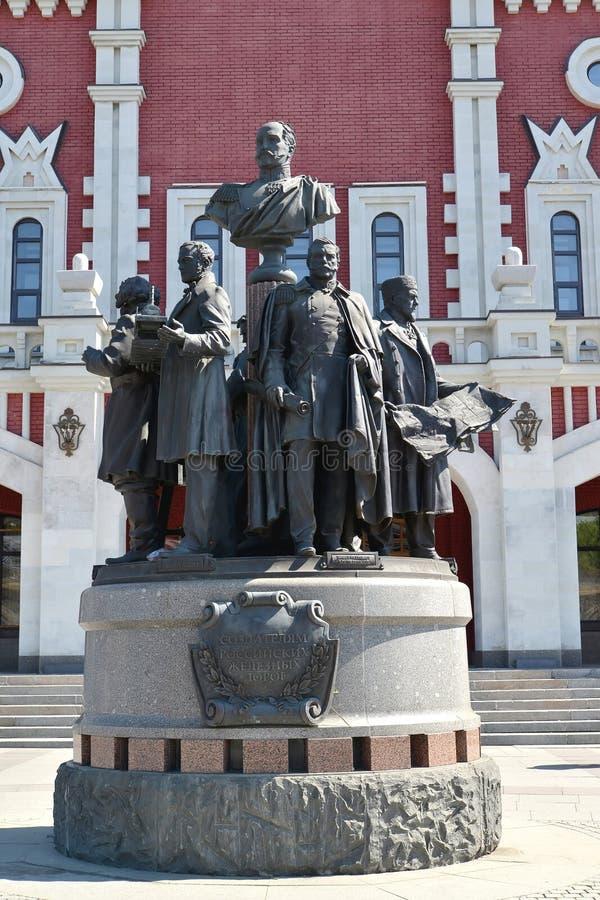 莫斯科俄国 对俄国铁路的创建者的一座纪念碑关于喀山驻地的大厦的 免版税图库摄影