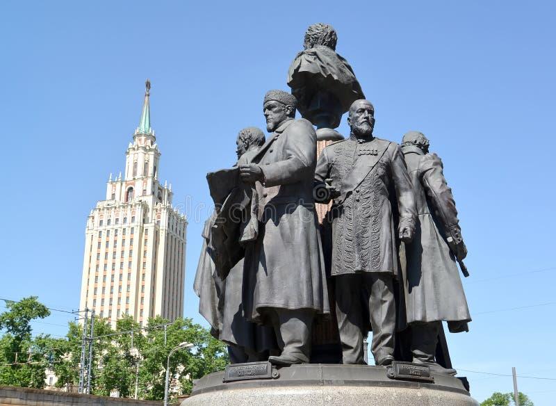 莫斯科俄国 对俄语的创建者的一座纪念碑以Leningradskaya旅馆为背景的 免版税库存图片
