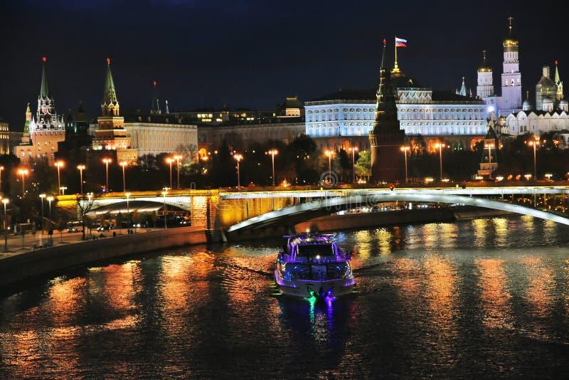 莫斯科克里姆林宫全景在晚上 库存照片