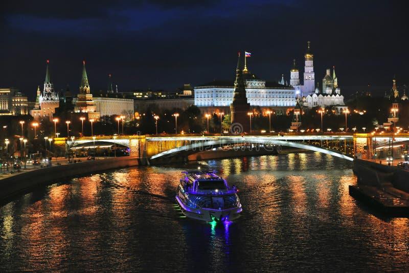 莫斯科克里姆林宫全景在晚上 库存图片