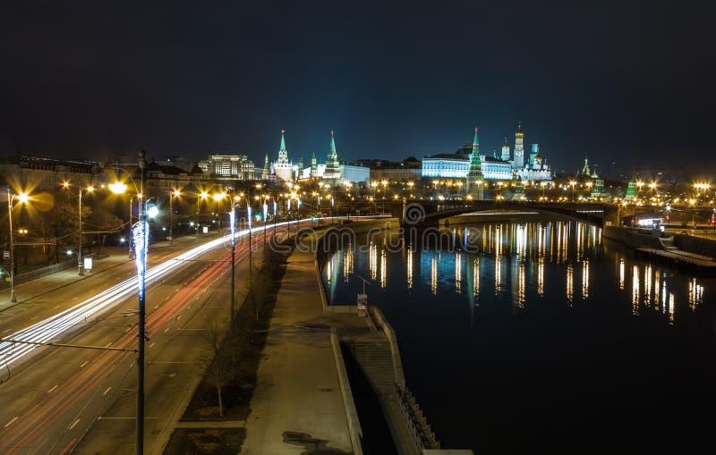 莫斯科克里姆林宫在晚上 在河的桥梁莫斯科 莫斯科河堤防 莫斯科克里姆林宫是联合国科教文组织世界遗产名录站点 免版税库存照片
