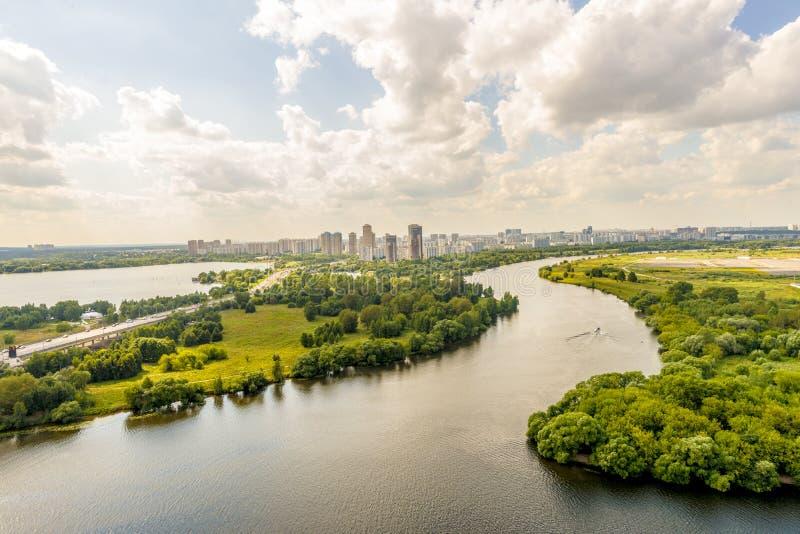 莫斯科公园的看法在一个有名望的房子的庭院里 图库摄影
