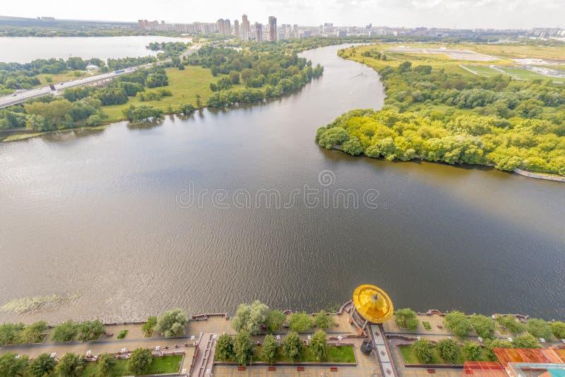 莫斯科公园的看法在一个有名望的房子的庭院里 库存照片