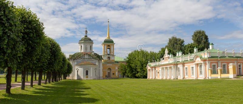 莫斯科公园  高尚的庄园Kuskovo 教会和附属建筑 图库摄影