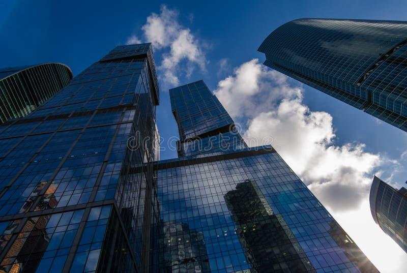莫斯科商业中心的摩天大楼与天空和云彩的在背景 免版税库存照片