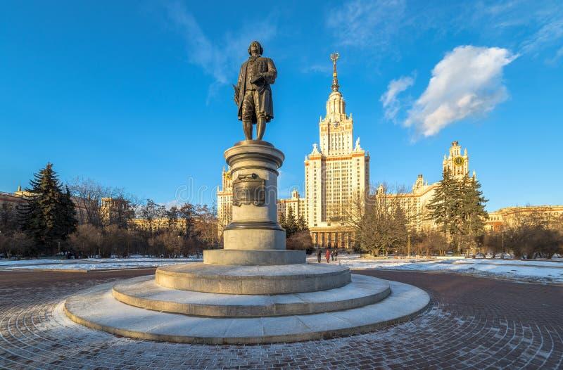 莫斯科国立大学的Mikhailo罗蒙诺索夫纪念碑广角晴朗的看法如被写在古铜色标题 免版税库存照片