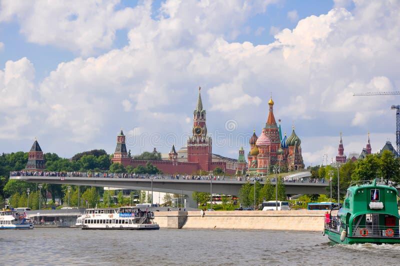 莫斯科城市景观与莫斯科河路堤周围莫斯科河大桥 库存照片