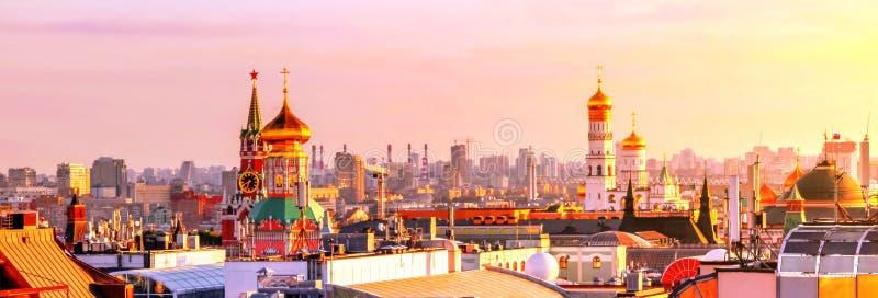 莫斯科屋顶充满活力的看法在日落克里姆林宫附近的在夏天 免版税库存照片